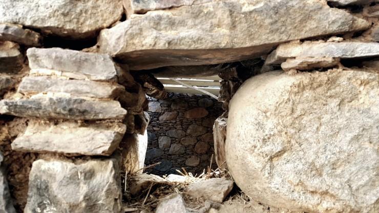 Hueco en muro de piedra